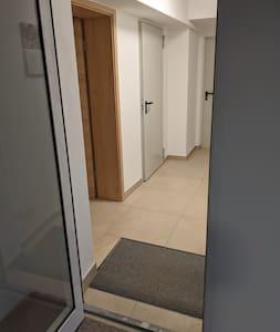 Zugang zur Wohnung nach links durch eine Brandschutz- und die Wohnungseingangstür.