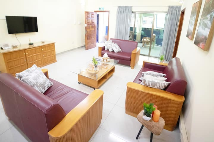 2BR Apt, Fast WIFI, Safe,Queen Bed in Cantonments