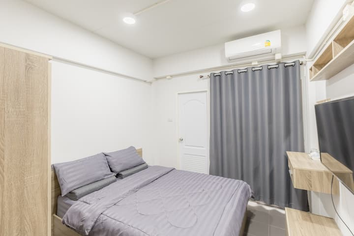 Clean Deluxe Double Room at MiddleWay House