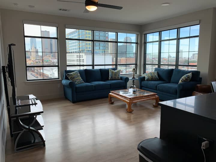 Top floor penthouse GORGEOUS DOWNTOWN VIEWS