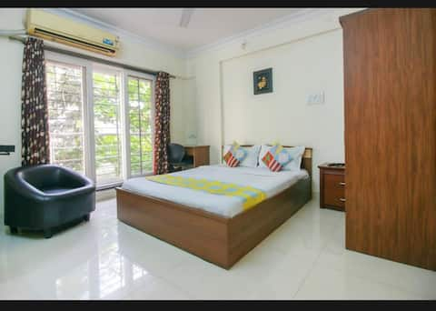 Comfortable room with AC/WiFi/Balcony - nr Airport
