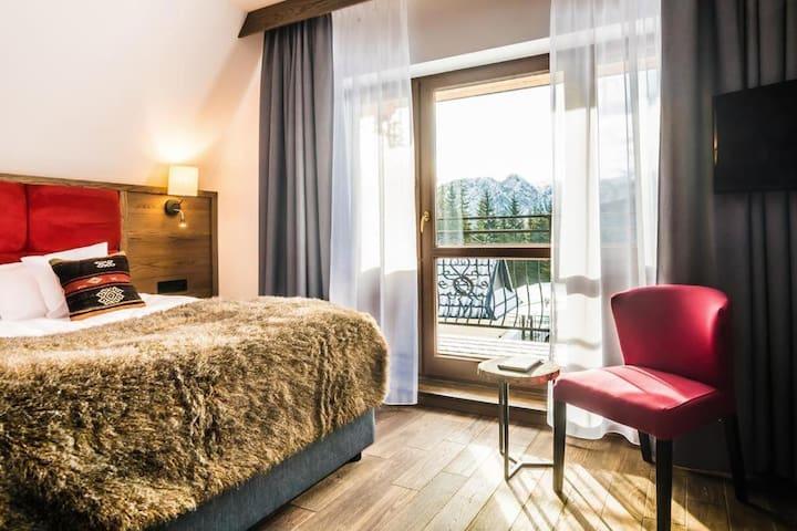 Idealne rozwiązanie dla tych, którzy cenią sobie prostotę, funkcjonalność i niezależność. W pokoju znajduje się dwuosobowe łóżko o szerokości 140 cm, lodówka oraz zestaw do parzenia kawy i herbaty. Pokój posiada balkon.