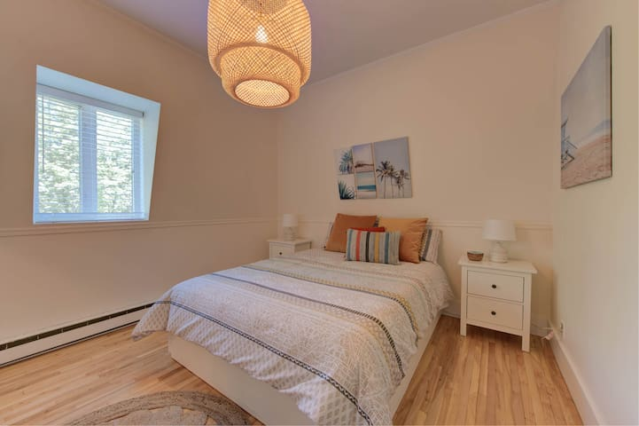Chambre à coucher comfortable et éclairée.