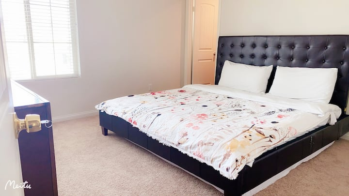 5.♥︎ Bright & warm King size bed room ☛欢迎长租