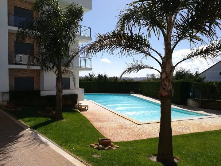 Vakantiewoning met tennisveld, vlakbij de zee.