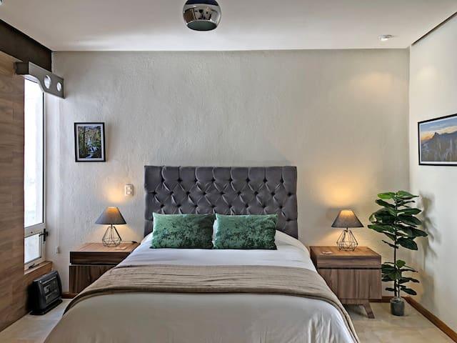 Suite 3, con cama Queen size y vista panorámica a la Sierra Madre