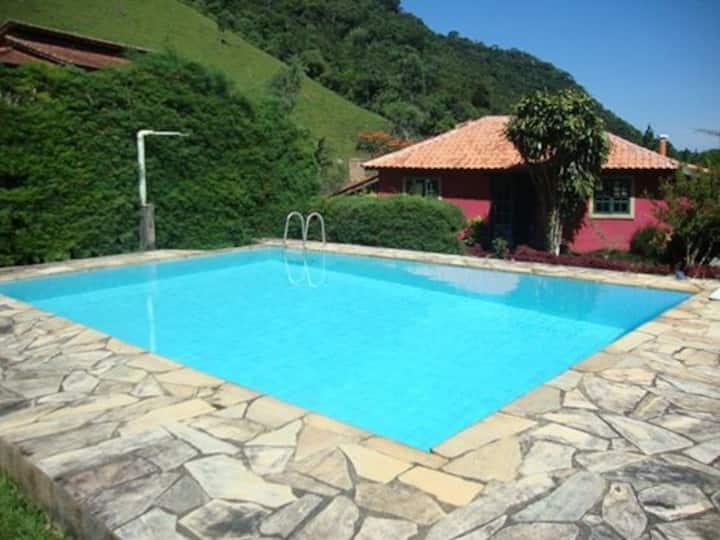 Lindo sítio com piscina e cachoeira
