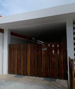 Este es el acceso a la casa no hay escalones, el piso es de un solo nivel .
