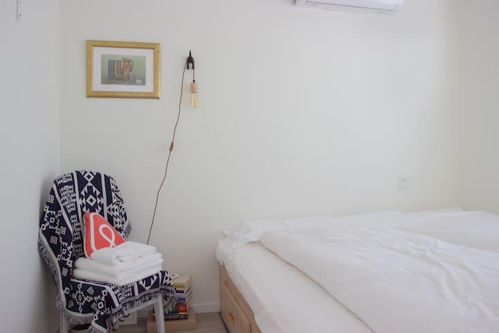 二楼北卧-超大榻榻米、高织贡棉床品&乳胶枕、精品被不起静电