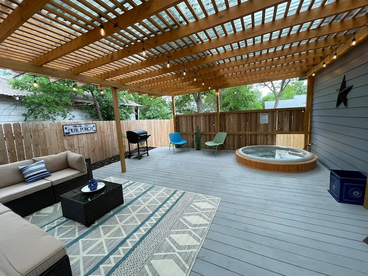 DOWNTOWN House 5 minutes from Riverwalk w\HOT-TUB