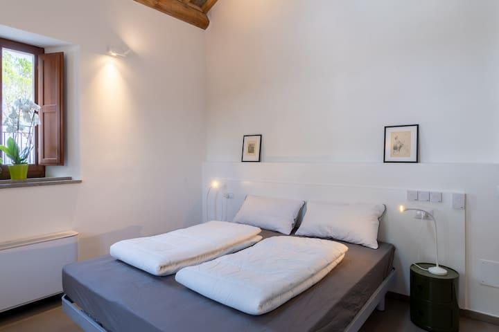 Camera doppia con piano cottura, scrivania e bagno privato.