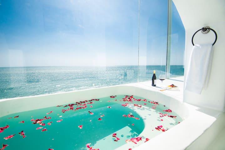 卧室内私密花瓣浴池,可观海,品红酒。