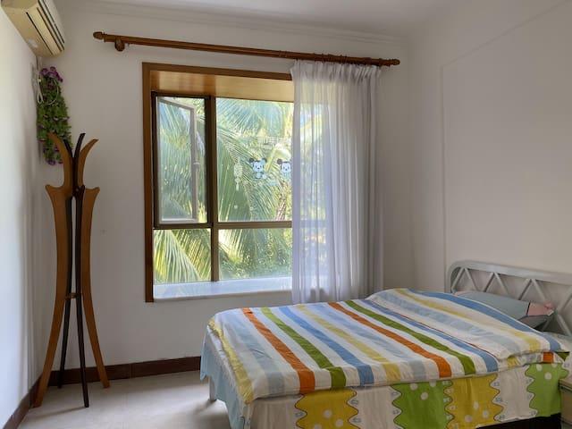 卧室一,1.4米双人床,自带独立小阳台