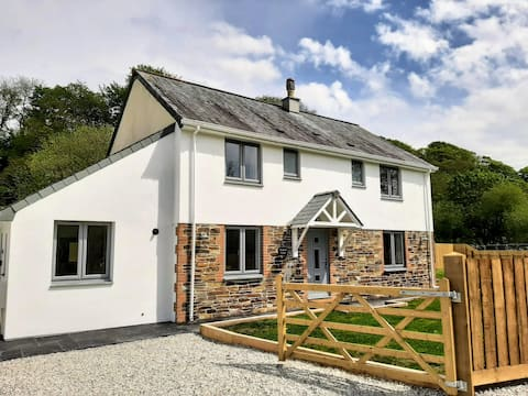 New - luxury house with garden for 6-8 in Cornwall