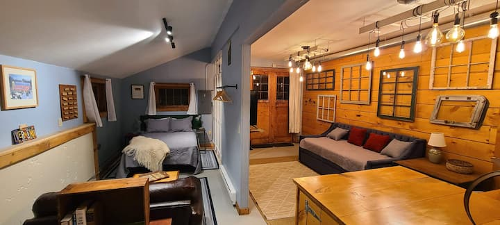 Barn BNB! Cozy Designer Barn - 2 Miles from Town!