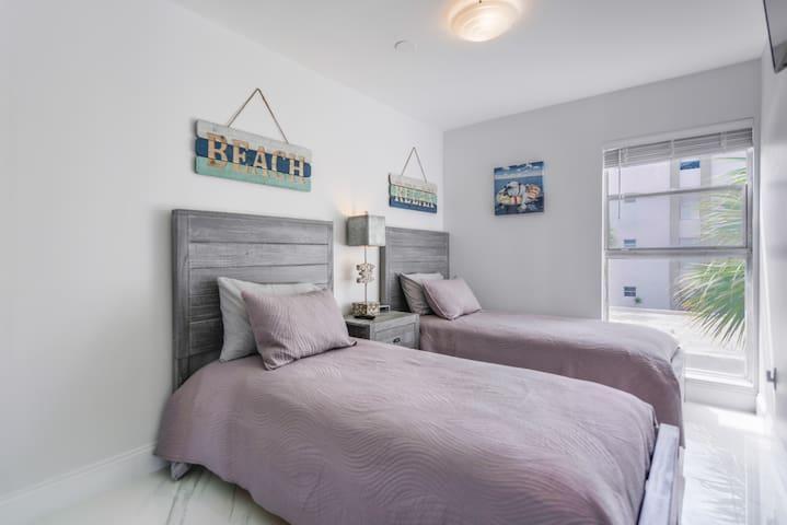 second bedroom, 2 twin beds