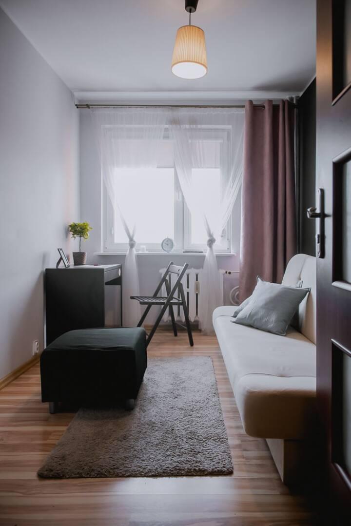 Ładny 2-os pokój w mieszkaniu z kuchnią i łazienką