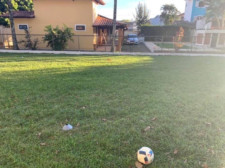 Casa em Ipiabas com piscina e campo de futebol.