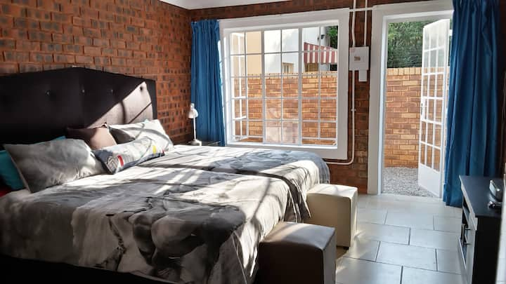 Trendy Hatfield Cottage | DSTV | Unlimited WIFI