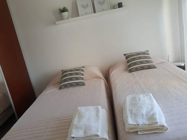 Dormitorio con dos sommier, de los cuales uno es bicama.