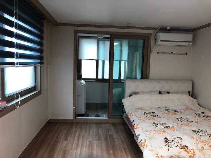 큰침대와 함께 자가격리나 휴식공간이 되어주는 방입니다.
