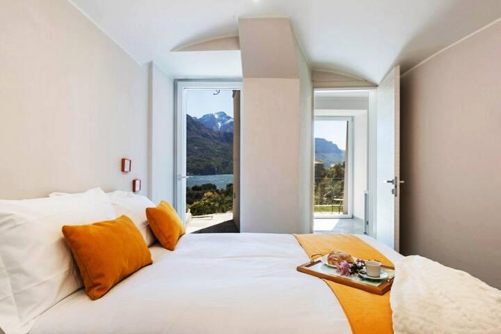 Suite Gialla (con bagno privato)!  qui dormirai comodamente sul letto Qeen size  .  La vista del lago e delle montagne ti daranno un risveglio fantastico
