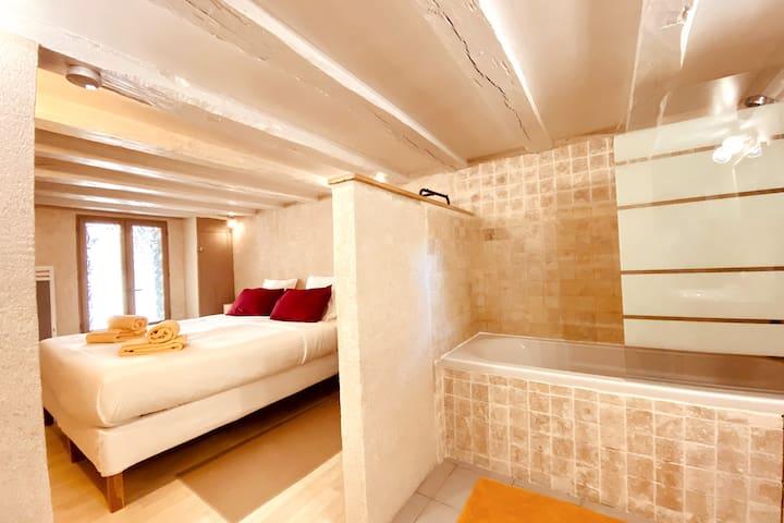 Chambre °2 avec salle de bain et WC, 2 lits jumeaux 90x200 ou 1 lit 180x200.
