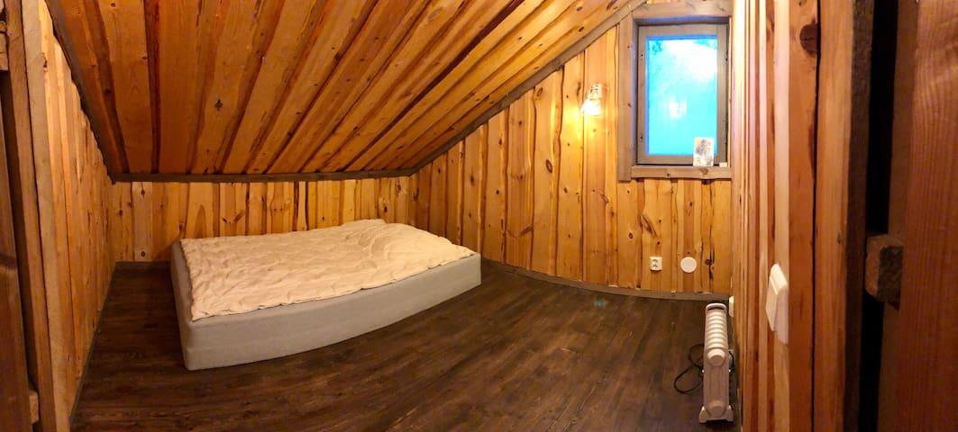 Makuuhuone 3: Huoneesta ei ole kuvaa. Tämä kuva on Makuuhuoneesta 2, joka on samantyyppinen. Kulku Makuuhuone 1:n kautta. Makuuhuoneet on erotettu toisistaan oviaukossa olevalla kankaalla, ei ovella.