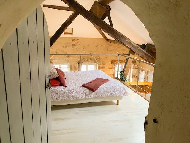 Chambre n°3 en mezzanine au-dessus du salon et son lit 140