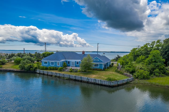 Waterfront Property with Amazing Views!