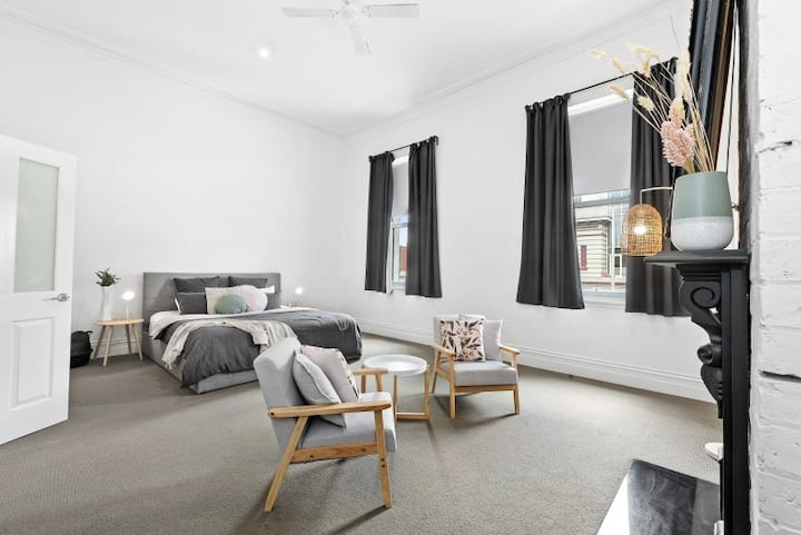 Central Ballarat Loft Apartment! Sleeps 6.