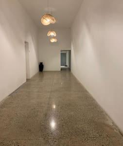 Pasillo para ingreso al elevador, todo el edificio tiene sensor de iluminación en todo el edificio! Tanto como los pasillos como la entrada al departamento y él lobby