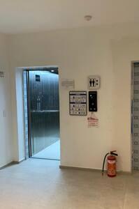 Cuenta con elevador sin escalones, tanto como el lobby como hasta el departamento está plano sin escalones