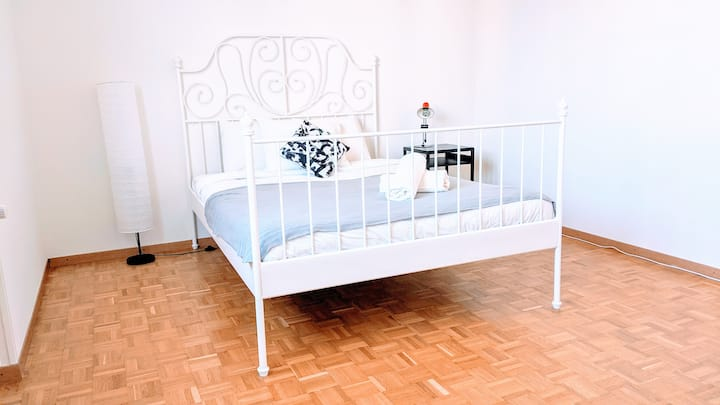 New Furnished ★Queen Bed★ Train+Bus ◊ Full Kitchen