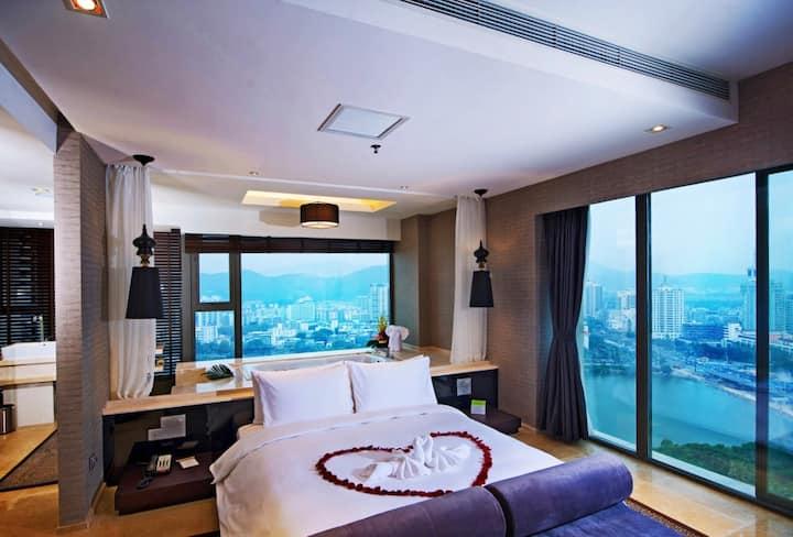 三亚市中心,三面落地窗,270度景观大床房