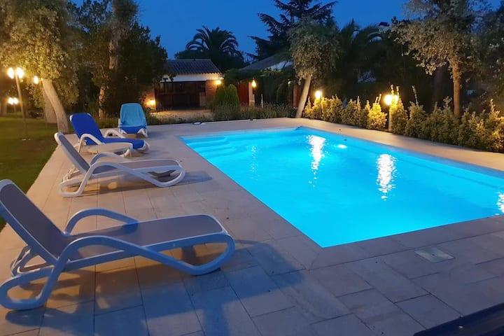 Preciosa casa con gran jardin y piscina privada.