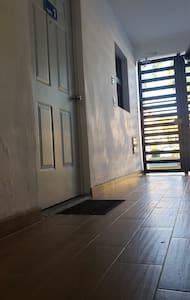 El Apto. 1  se encuentra justo a la entrada del edificio sin escalones ni escaleras, cuenta con aire acondicionado y cortinas especiales para evitar ruidos externos