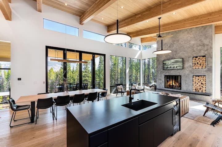 *New* Modern mountain retreat w/ amazing views!
