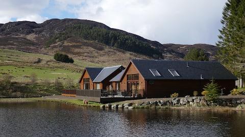 Elk Lodge - luxe, a la vora del llac, amb vistes a la muntanya