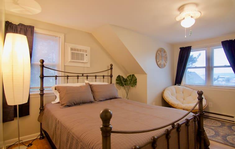 Bedroom #1: Queen bed and sitting area
