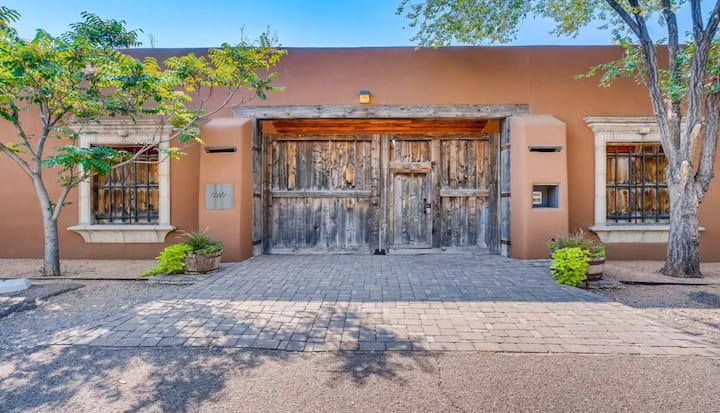 Exquisite Santa Fe Pied-á-Terre in Heart of Town