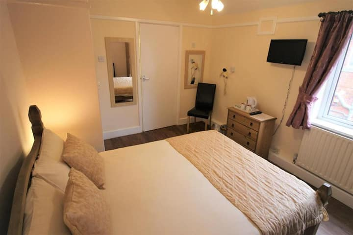 Double Rooms•Free Wi-Fi•Communal Kitchen•TV