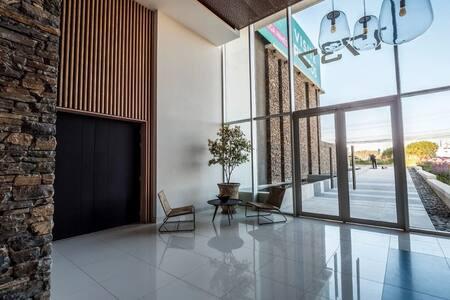 Entradas sin peldaños tanto en el hall principal como en los accesos de estacionamiento directo a los ascensores.