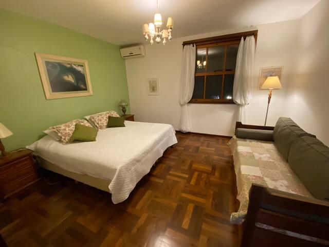 Suíte - quarto 4, cama king e cama de solteiro, split, closet e banheiro anexos e independentes.