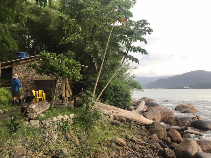 Casinha de pedras a beira mar em Ubatuba SP