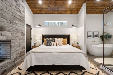 NEW 2021 Luxury Cabin, King Bed, Firewood Included