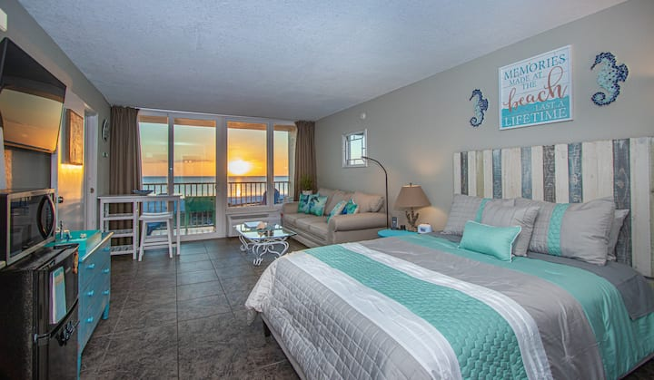 Beach Front Studio at Island Inn-Seahorse Suite!