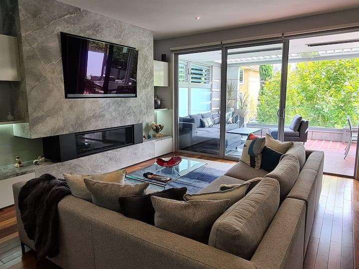 Luxury modern townhome, 250m to beach