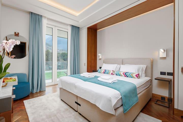 PORTO MONTENGRO Deluxe Meerblick 2 Schlafzimmer, Pool, Fitnessraum. Dieses luxuriöse Apartment mit zwei Schlafzimmern befindet sich im Herzen des Super Yacht Marina Complex von Porto Montenegro und bietet alles, was Sie für einen perfekten Familienur