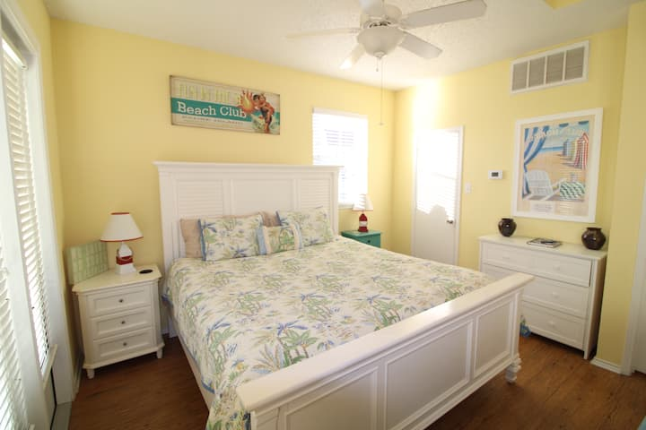 Beachy Studio Condo Walking Distance to Ocean!